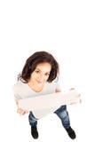 Mulher de sorriso nova que prende a bandeira em branco Fotos de Stock Royalty Free