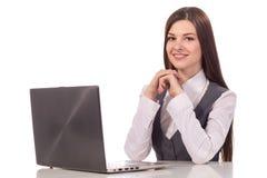 Mulher de sorriso nova que trabalha no portátil isolado Imagem de Stock