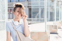 Mulher de sorriso nova sobre a ponte no fundo da arquitetura da cidade fotografia de stock royalty free