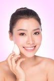 Mulher de sorriso que aplica uma base da composição Imagem de Stock Royalty Free