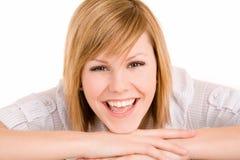 Mulher de sorriso que coloca em sua mesa fotos de stock