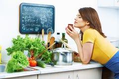 Mulher de sorriso que cozinha em casa a cozinha Foto de Stock