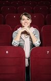 Mulher de sorriso que espera um filme Fotos de Stock