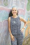 Mulher de sorriso de 54 que estão de inclinação na parede dos grafittis Fotos de Stock Royalty Free