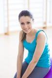 Mulher de sorriso que exercita no gym com bola da aptidão Fotos de Stock Royalty Free