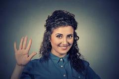 Mulher de sorriso que faz a elevação cinco Imagens de Stock Royalty Free