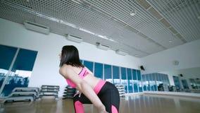 Mulher de sorriso que faz os exercícios no estúdio da dança video estoque