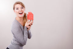 Mulher de sorriso que guarda o modelo da casa imagem de stock