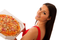 Mulher de sorriso que guarda a pizza deliciosa na caixa da caixa Fotografia de Stock Royalty Free