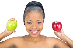 Mulher de sorriso que guardara a maçã vermelha e verde que olha a câmera Fotografia de Stock Royalty Free