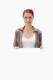 Mulher de sorriso que guardara o sinal vazio Fotografia de Stock