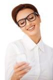 Mulher de sorriso que lê uma mensagem de texto Imagens de Stock Royalty Free