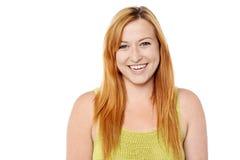 Mulher de sorriso que levanta sobre o branco Fotos de Stock Royalty Free