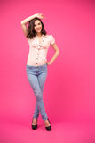 Mulher de sorriso que levanta sobre o fundo cor-de-rosa foto de stock