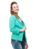 Mulher de sorriso que mantem o revestimento contra o fundo branco fotos de stock