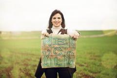 A mulher de sorriso que mostra a eco o saco amigável com recicla o texto impresso Fotografia de Stock