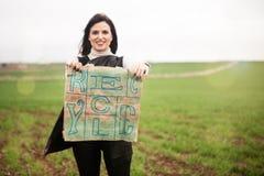A mulher de sorriso que mostra a um eco o saco amigável com recicla o texto impresso Foto de Stock Royalty Free
