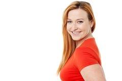 Mulher de sorriso que olha a câmera Imagem de Stock