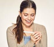 Mulher de sorriso que olha no teste grávido Imagens de Stock