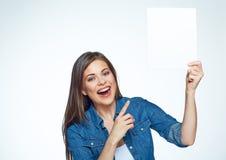 Mulher de sorriso que poining na placa branca do sinal foto de stock