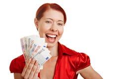 Mulher de sorriso que prende o euro- dinheiro Imagens de Stock Royalty Free