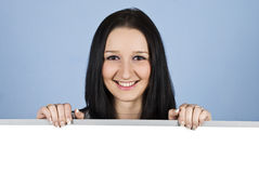 Mulher de sorriso que prende uma bandeira em branco Imagens de Stock Royalty Free