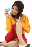 Mulher de sorriso que senta-se com cartão de crédito fotografia de stock