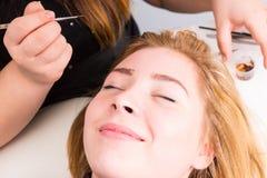 Mulher de sorriso que tem as sobrancelhas preparadas nos termas Imagem de Stock Royalty Free