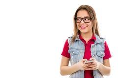 Mulher de sorriso que texting no smartphone foto de stock