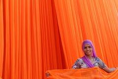 Mulher de sorriso que trabalha na fábrica de matéria têxtil foto de stock