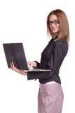 Mulher de sorriso que trabalha nos vidros vestindo do portátil isolados Fotografia de Stock