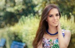Mulher de sorriso que veste o vestido floral e a colar grande foto de stock royalty free