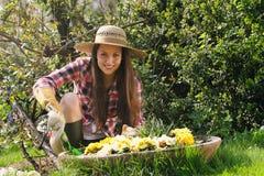 A mulher de sorriso trabalha no jardim Imagens de Stock Royalty Free