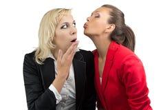 Mulher de tentativa do enother do beijo da mulher fotografia de stock