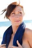 Mulher de toalha do esporte da praia fotos de stock