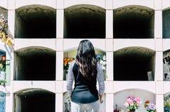 Mulher de trás contemplando a sepultura de uma amada imagens de stock royalty free