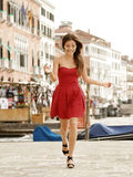 Mulher de Veneza feliz no vestido vermelho da forma fotos de stock