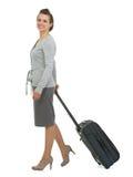 Mulher de viagem feliz com o sidewa de passeio da mala de viagem Fotografia de Stock Royalty Free