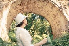 Mulher de viagem nova que está a ponte próxima do arco Imagem de Stock Royalty Free