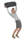 Mulher de viagem que levanta a mala de viagem acima da cabeça Imagens de Stock