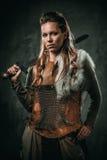 A mulher de Viking com arma fria em um guerreiro tradicional veste-se Imagens de Stock