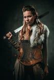 A mulher de Viking com arma fria em um guerreiro tradicional veste-se fotos de stock