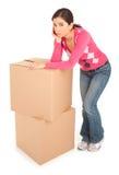 Mulher de vista Tired que inclina-se em caixas foto de stock royalty free