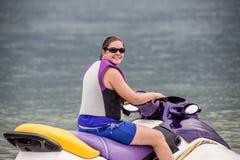 Mulher de Yound que monta um esqui do jato Fotos de Stock Royalty Free