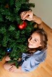 A mulher decora o ano novo Imagem de Stock