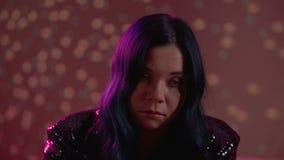 Mulher dedicada às drogas ou ao álcool com o olhar ausente, desperdiçando a vida no partido vídeos de arquivo