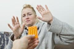 A mulher defende-se das drogas imagens de stock