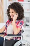 Mulher deficiente bonita feliz que usa o telefone imagens de stock