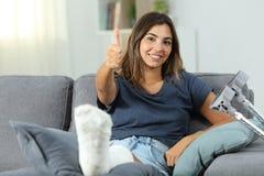 Mulher deficiente feliz com polegares acima imagem de stock