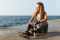 Mulher deficiente feliz do atleta com pé protético foto de stock